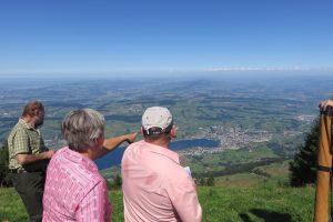 Die Büchelexperten Armin Mattmann, Maria Schuler-Arnold und Armin Imlig hatten geografische, historische und musikalische Hinweise zum Schwyzer Büchelspiel