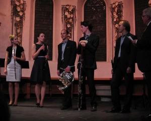 Das Ensemble pentaTon und der künstlerische Leiter des Festivals Jörg Conrad (ganz links) vor der Preisübergabe in der spätgotischen evang. Kirche in Adelboden
